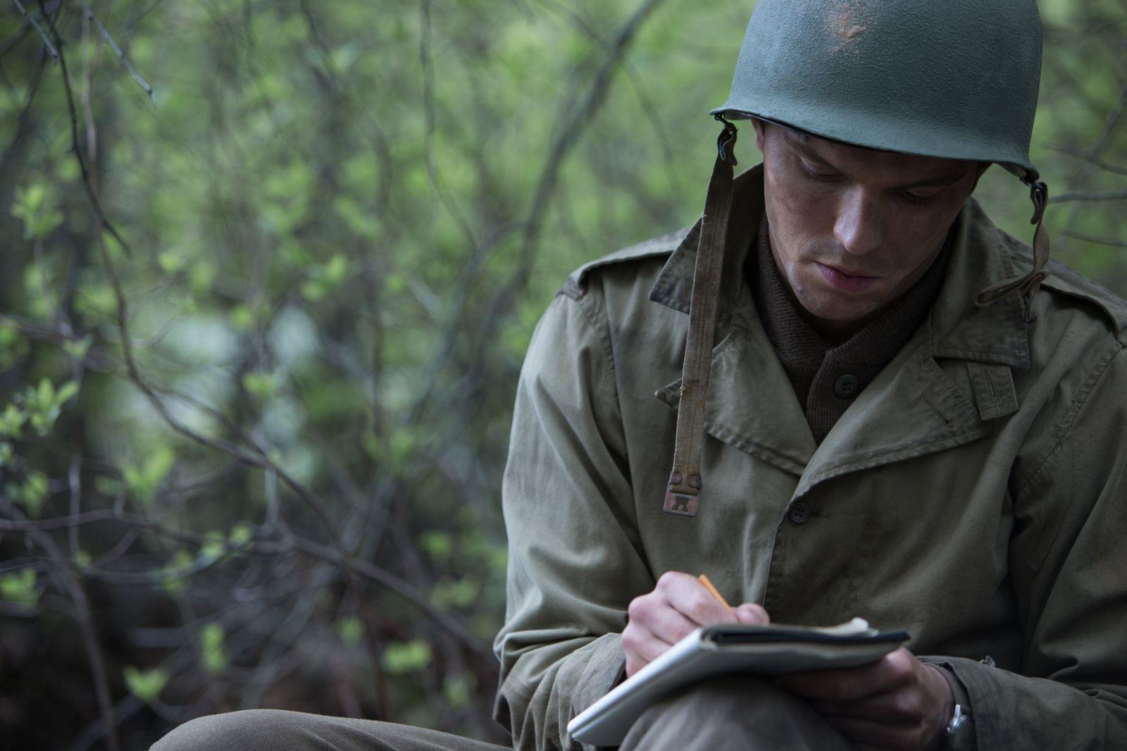Nicholas Hoult como JD Salinger en Rebelde entre el Centeno.