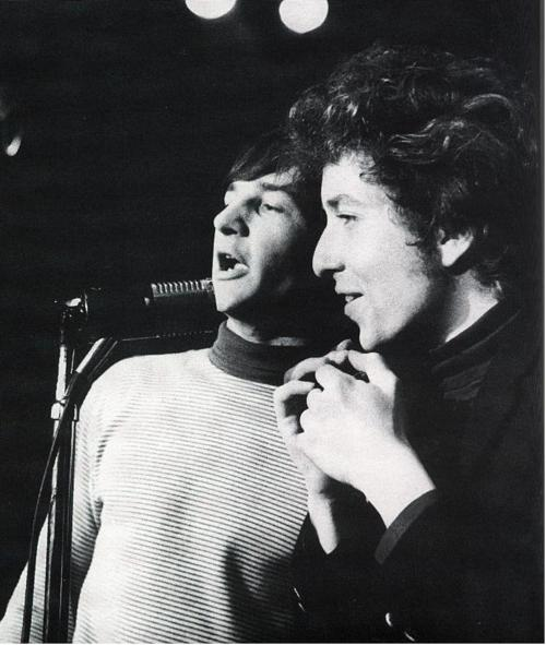 Gene Clark con Bob Dylan en el Ciros de Los Ángeles. 1965.