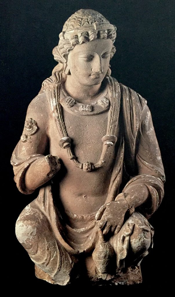 Bellísima figura de influencia helenística encontrada en Hadda, Afganistán. Se llama El genio de las flores. S. III-IV