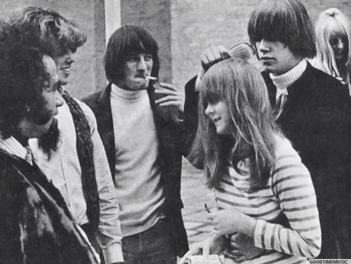 Gene Clark y Michael Clarke de The Byrds con algunos fans. 1965
