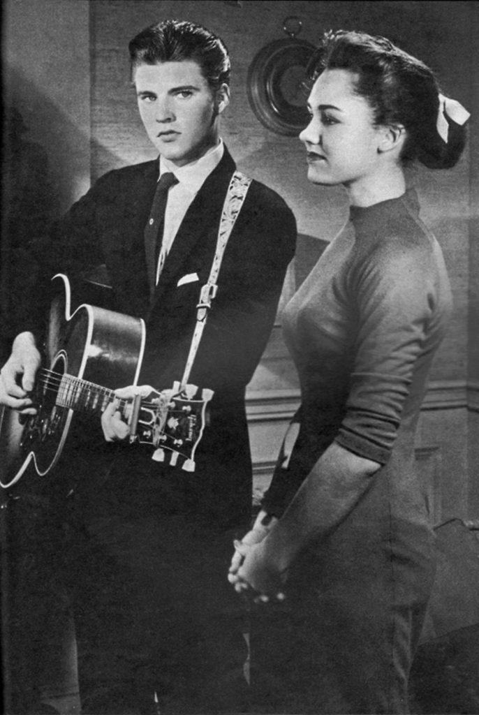 Lorrie Collins junto al pivón Ricky Nelson, con quien mantuvo una relación en los años 50.