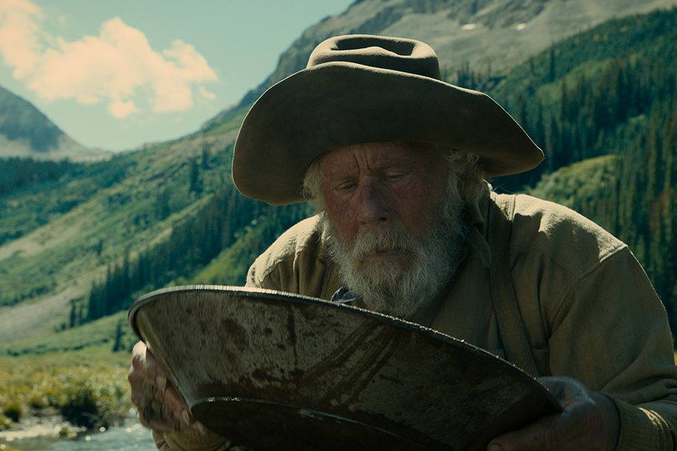 Tom Waits buscando pepitas de oro en The Ballad of Buster Scruggs.