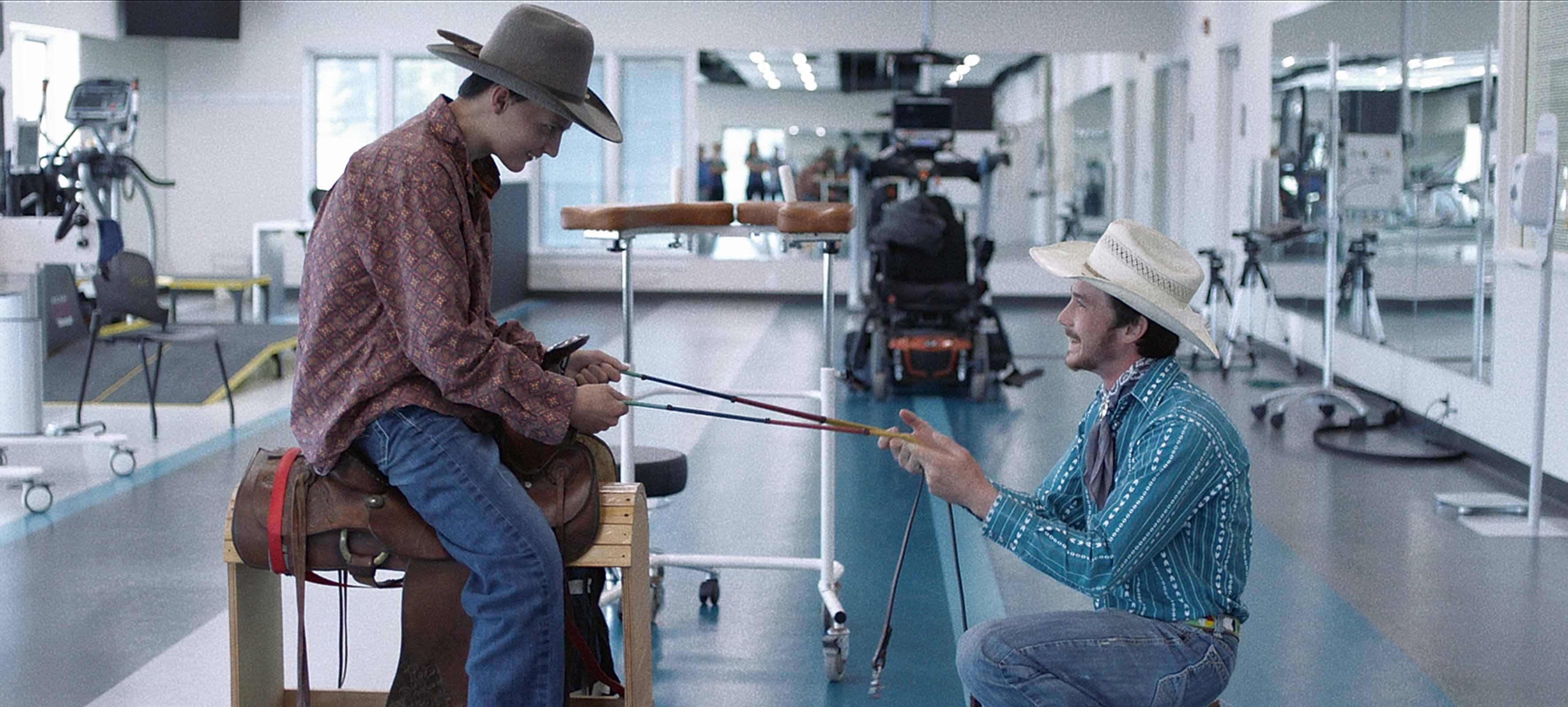 Los ex cowboys Lane Scott y Brady Jandreau en una escena del film The Rider.